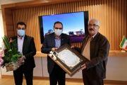 اهدای لوح تقدیر شبکه بهداشت و درمان شهرستان اردکان به مدیر عامل چادرملو