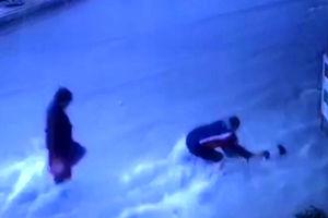 لحظه غرق شدن کودک در سیل در بوشهر + فیلم